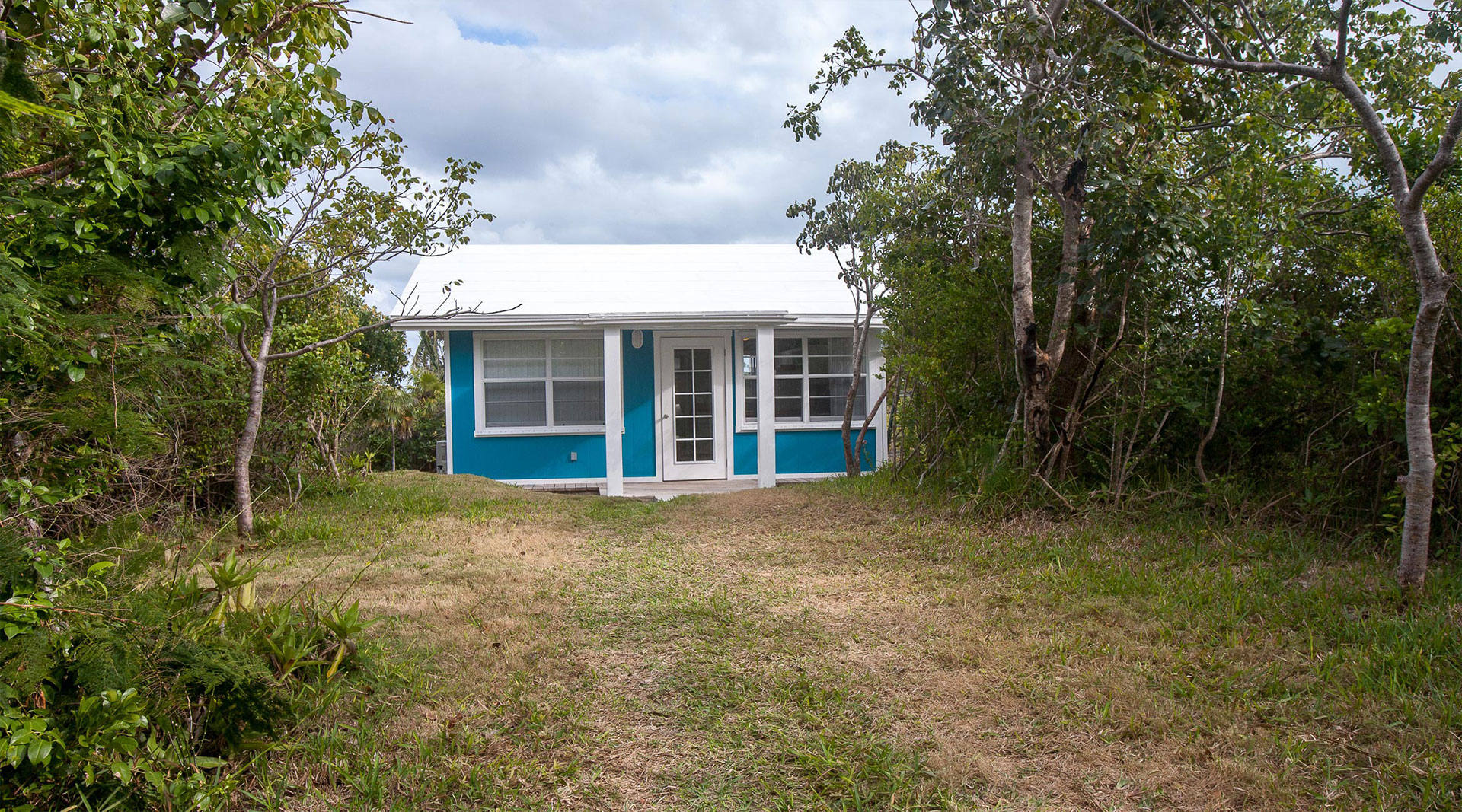 Great guana cay abaco little blue cottage vacation rental for Vacation cottage
